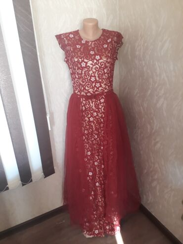 Нежное вечернее платье. Платье с вырезом спереди и с молнией сзади. Со