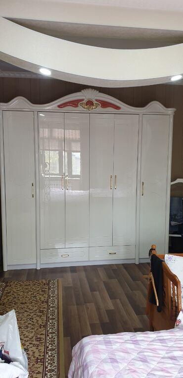 спальные кровати с матрасами в Кыргызстан: Продаю спальную мебель. Китай King size!! Белого цвета состояние