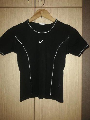 женскую футболку в Кыргызстан: Продаю женскую спортивную футболку (кофту). Цвет чёрный с белыми