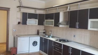 Bakı şəhərində Сдается трехкомнатная квартира в новостройке с ремонтом. 2 санузла.