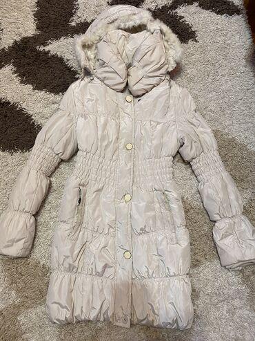 Zimska jakna u nežno bež boji. Šuškava je,a unutra punjena mekanim