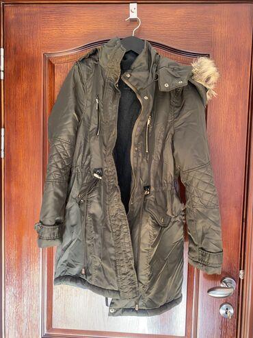 New york - Srbija: New Yorker (Amisu) jakna u M velicini. Pocepana je po šavu (sto se