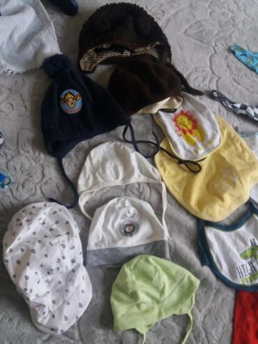 Portikle trouglastelepemoderne,kapice,kacket i čarape za bebe.sve