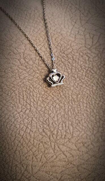 Gümüş boyunbağı. Wp-zəng: . Hədiyyə qutusu ilə
