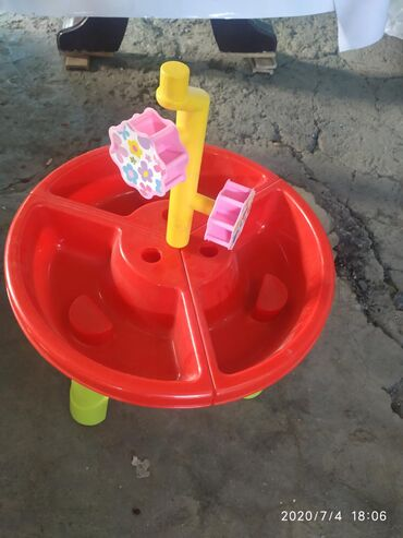 детские игрушки 3 в Кыргызстан: Детская песочница состояние отличное. Играли пару раз.Цена 300 сом