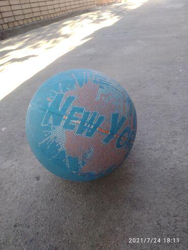 Спорт и хобби - Токмок: Продаю баскетбольный мяч, Мячь отличный и хороший Б/у Накачанный без