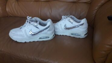 Ženska patike i atletske cipele | Pozarevac: Air Max Nike, br 38, bez ikakvih ostecenja, bele sa srebrnim