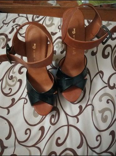 Nove sandale braon sa drvenom visokom štiklom i crnim lakovanim - Belgrade
