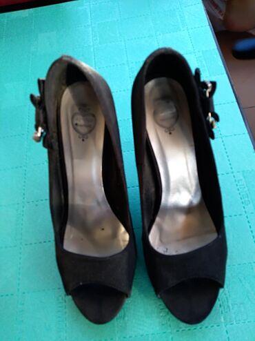 | Mladenovac: Cipele na stiklubroj 38.Udobne imaju malo ostecenje na stikli
