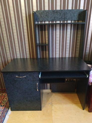 Xırdalan şəhərində Kompüter stoludu.Yazi masası kimi de istifadə etmək olar.yeni