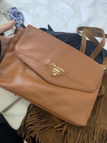Кожаная сумка-клатч, имеется ремешок. В отличном состоянии