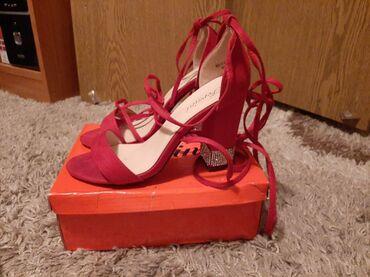 Crvene sandale, nosene su samo jednom