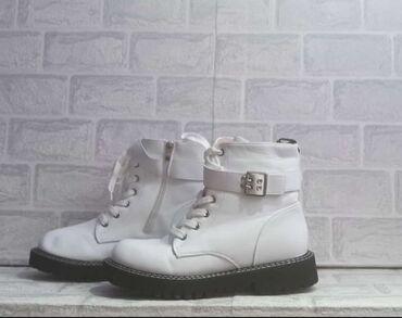 Женская зимняя обувьцвет белый с мехом, очень классная и креативная