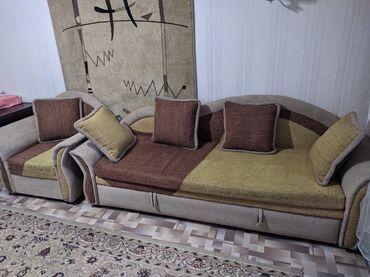 диван др в Кыргызстан: Диван и кресло в хорошем состоянии.Раскладной.Пятен нет