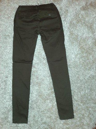 Pantalone sa - Srbija: Uske pantalone sa dzepovima sa strane. Boja iznedju maslinasto zelene