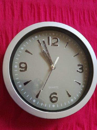 Ostalo za kuću   Vranje: Zidni sat sive boje fi 20 cm, radi, malo su ručno ispisani brojevi na