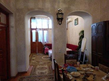 Gəncə şəhərində Gencede merkezde 3 otaqli ( 2yataq otagi+1 zal) heyet evi satilir. 3