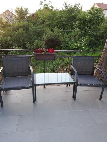 Dve stolice i stocic