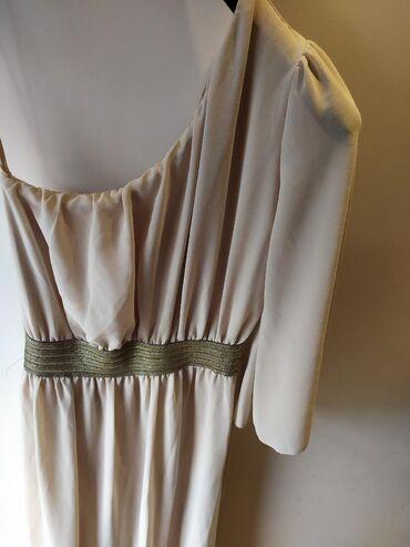 Duga haljina, sa jednim rukavom, i zlatnim pojasom. Univerzalna