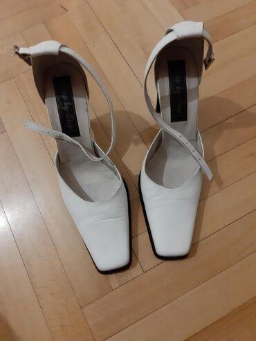 Bele sandale-cipele na deblju stiklu broj 37