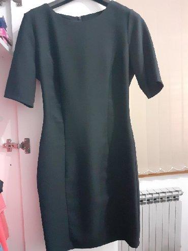 Znad-kolena - Srbija: Crna haljina, uska do kolena. Rukavi tricetvrt.FERVENTEVelicina