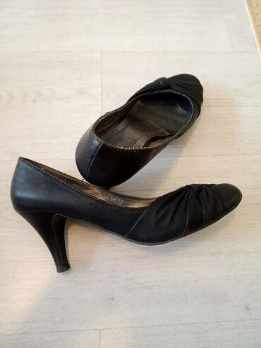 Crne cipele na stiklu. Cena po dogovoru