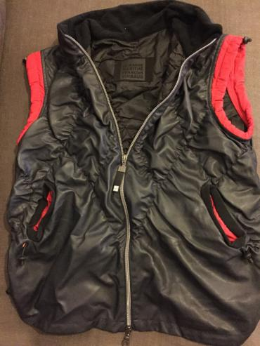 Women's sleeveless black synthetic jacket with red details. Size σε North & East Suburbs