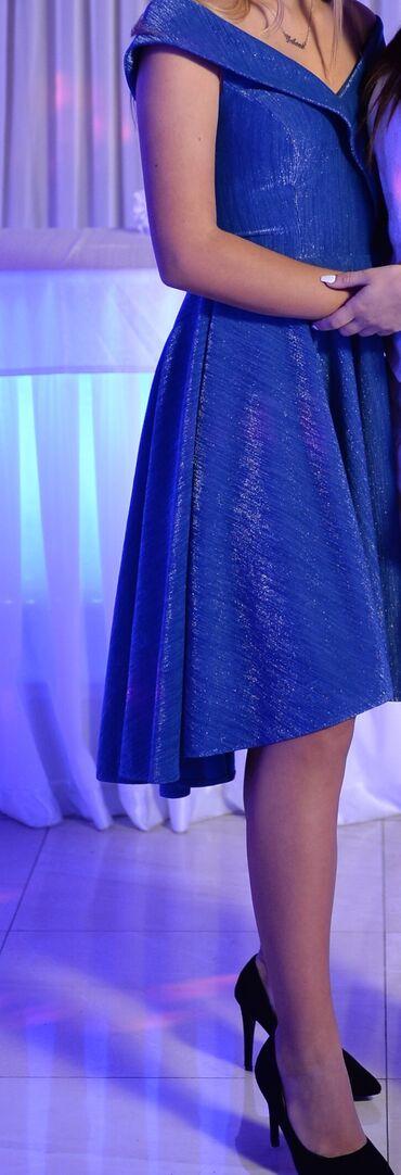 Haljina, svetlucavo plava, samo jednom obučena, u odličnom stanju