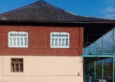 Lənkəran şəhərində 4 otaq 2 eyvan 1 kuxna 2aşaqı yuxarı balkon 2 mertebeli ev