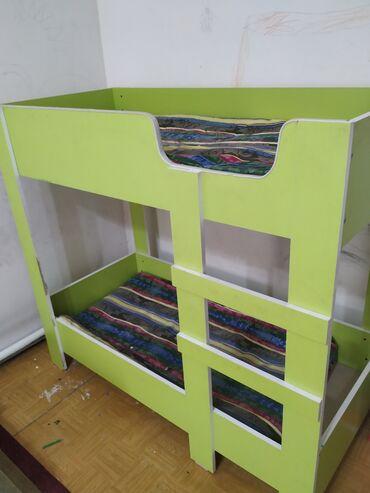 Односпальные кровати - Кыргызстан: Продаю двухярусный детский кровать вместе с матрасами, состояние