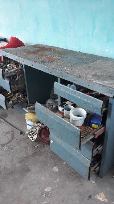угольник стол в Кыргызстан: Слесарный металлический стол 8 выдвежных ящиков пустая середина
