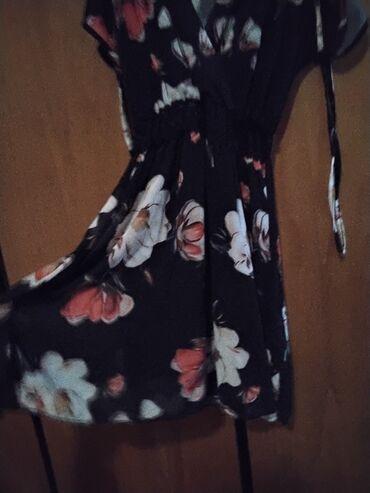 Φόρεμα floral με μεγάλα λουλούδια Στην μέση έχει μαύρη δαντέλα Στα