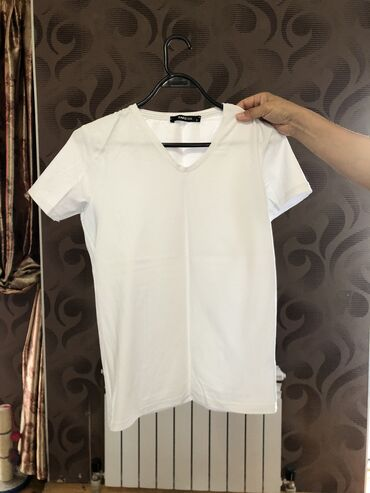 Продаю футболку  Новая  Размер: 44-46