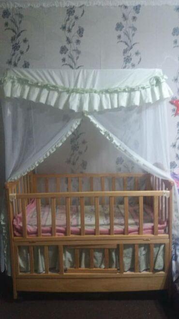 Детская мебель - Цвет: Белый - Бишкек: Детская кроватка, имеется маленькая качалка внутри. 5000сомЗвоните или