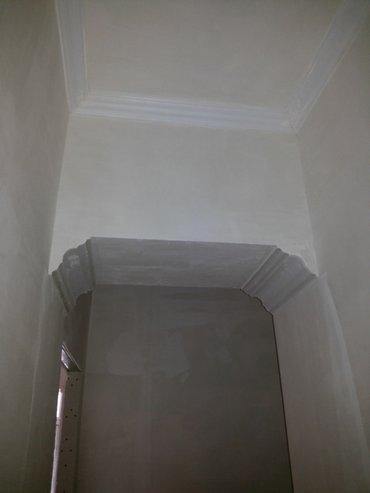 Bakı şəhərində 3 otaqli 57 m2 mənzil + 7 m2 həyəti ilə birgə satilir.
