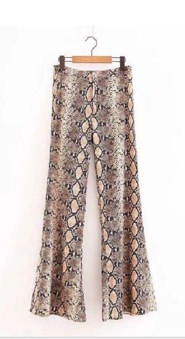 Ženska odeća   Sremska Kamenica: Moderne pantalone visoki struk zmijske šara. Veličina M