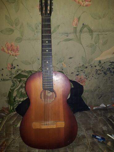 Гитары - Азербайджан: Kohenin gitarasidir,İstifadeye yararli qesey gitaradir.Gitara