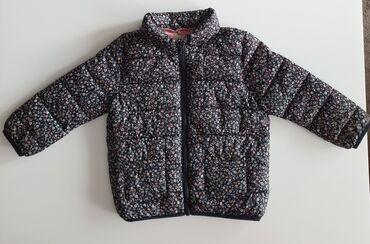Zara jesenja jakna vel 2-3 god. Jakna je kao nova ima i kapuljaču