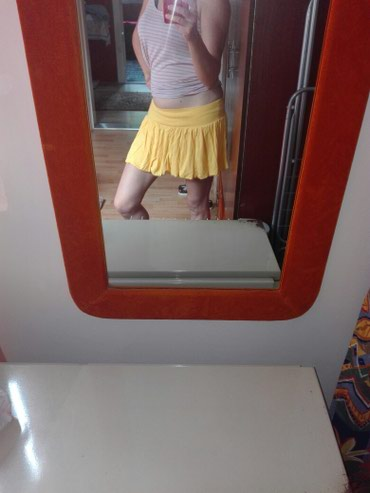 Jedna-je-tri - Srbija: Suknje su univerzalne veličine, crna, crvena i žuta. Jedna je