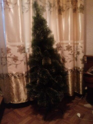 Продаю елку искусственную. Высота 1.5 метра от пола до верхушки