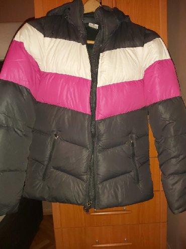 Zimska perjana jakna je marka divided - Srbija: Nike jakna velicine S. Jakna je u super stanju, ocuvana. Jakna je