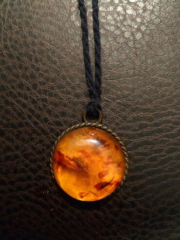 Кулоны (подвески) - Кыргызстан: Продаю подвеску с камнем из натурального янтаря