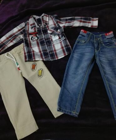 Джинсы легкие в отличном состоянии и рубашка на мальчика от 3-4 лет