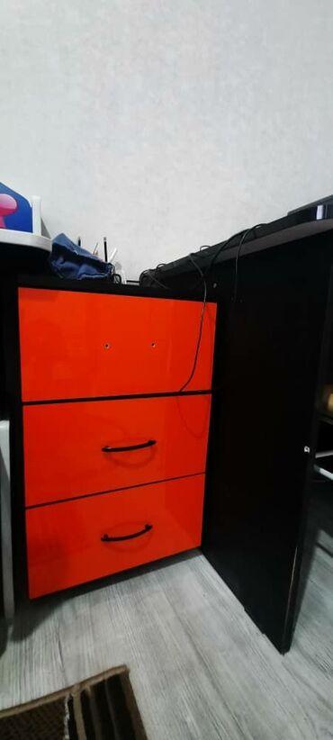 599 объявлений: Компьютерный стол с тумбой. Материал акрил. Состояние отличное. Размер