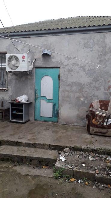 Bakı şəhərində Ehmetil metrosuna yaxin 2 sot yarimin icinde ev tecili satilir ev qir