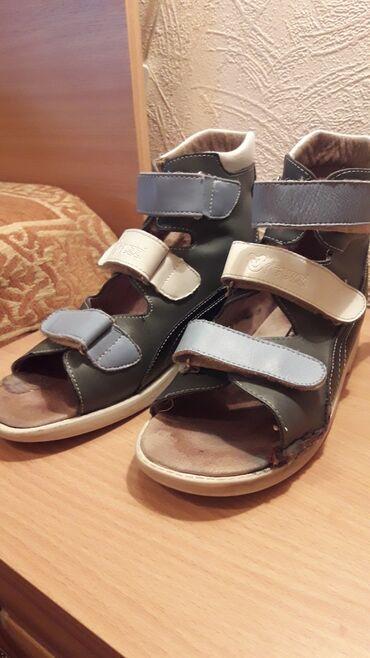 ортопедические ботинки для детей в Кыргызстан: Ортопедическая обувь.Отдам даром. Застежки-липучки целые. Нужно их нем