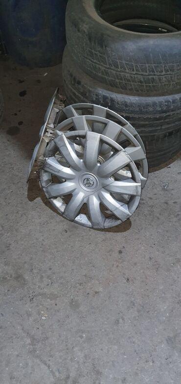 диски камри в Кыргызстан: Железные диски с резиной летней. Размер 15 . В комплекте колпаки и