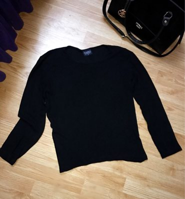 Crna bluza/duks od viskoze, materijal nije ravan, rebrasti je. M - Bor