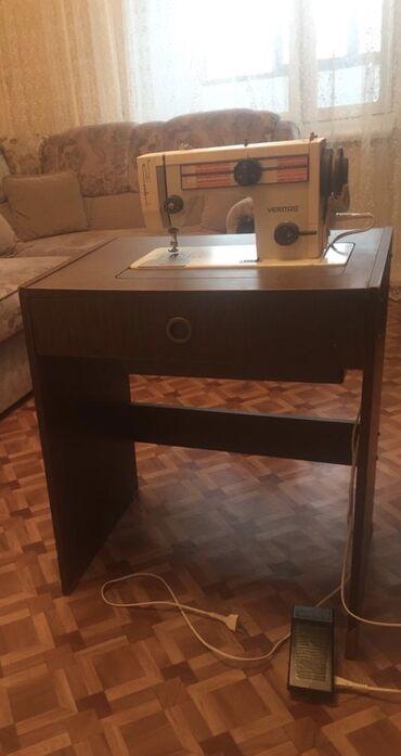 Электро швейная машинка - Кыргызстан: Продаю швейную машинку Веритас на тумбе, с ножным электроприводом