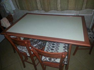 Trepezarijski sto.kombinacija boje tresnje i bez.ima udubljenje da se - Paracin